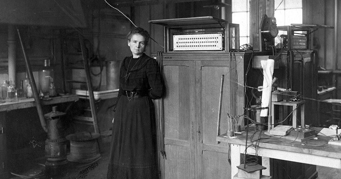 Marie CURIE, première femme à recevoir le prix Nobel et la Médaille Davy, première personne à obtenir deux prix Nobel et première femme professeure à la Sorbonne