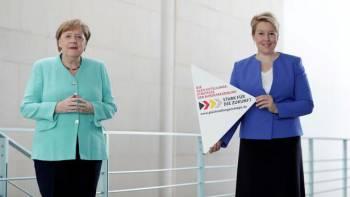 La ministre de la Famille, Franziska Giffey, /u00e0 droite, aux c/u00f4t/u00e9s d'Angela Merkel. POOL New // REUTERS