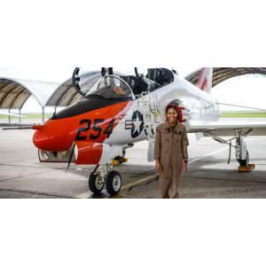 Madeline Swegle, première femme noire à devenir pilote de chasse de la Navy
