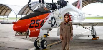 Madeline Swegle, premi/u00e8re femme noire /u00e0 devenir pilote de chasse de la Navy