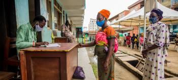 PAM//Damilola Onafuwa Les femmes au Nig/u00e9ria collectent des bons alimentaires dans le cadre d'un programme de soutien aux familles en difficult/u00e9 sous le verrouillage de la Covid-19.