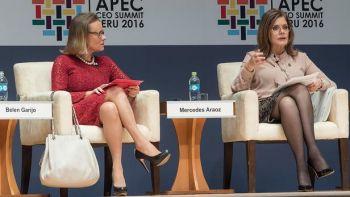 Belén Garijo (à gauche) et la présidente du Conseil des ministres du Pérou, Mercedes Araoz (à droite) lors d'une session du sommet des PDG de l'APEC le 18 novembre 2016.