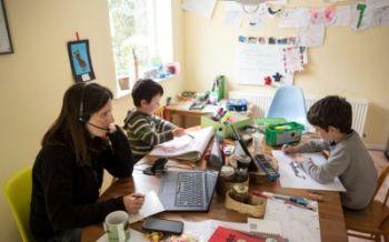 Télétravailler pendant que les enfants sont aussi à la maison à suivre les cours est dévenu très courant, mais l'ONU lance une mise en garde 1/2 © AFP, OLI SCARFF
