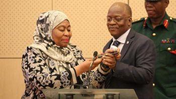 Samia Hassan, aux côtés de l'ancien président John Magufuli, décédé mercredi. ERICKY BONIPHACE / AFP