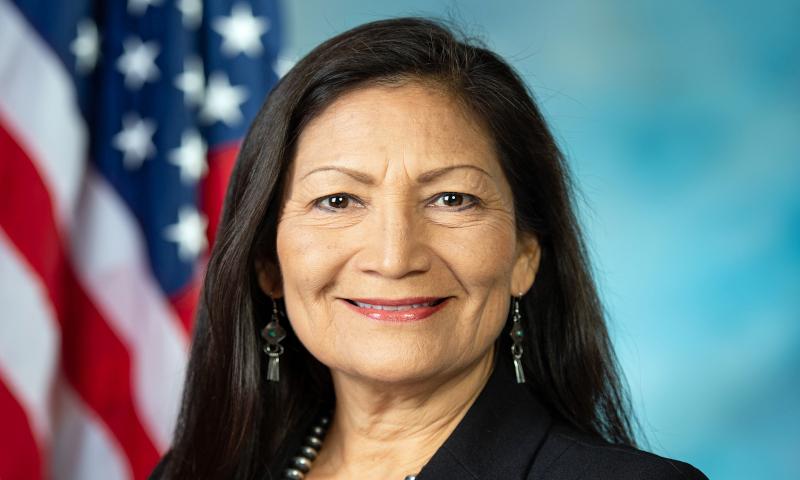 Deb Haaland devient la première ministre amérindienne des États-Unis