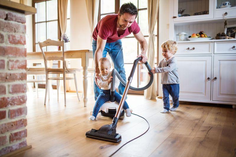 Tâches domestiques : l'égalité progresse dans les jeunes couples